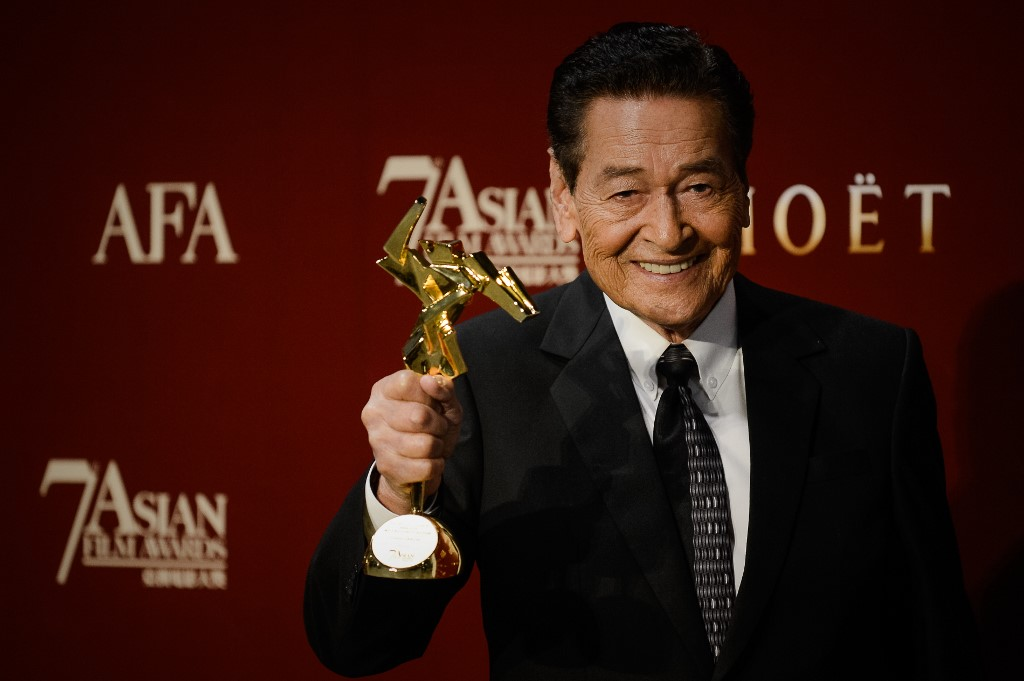 BEST ACTOR. File photo shows Eddie Garcia  posing with his trophy after winning the People's Choice award at the 7th Asian Film Awards in Hong Kong on March 18, 2013. Photo by Philippe Lopez/AFP)