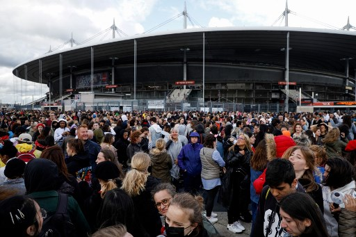 LINE UP.  Photo shows fans arriving for a concert of the South Korean K-pop boy band BTS at the Stade-de-France stadium in Saint-Denis, on the outskirts of Paris, on June 7, 2019. Photo by Geoffroy van de Hasselt/AFP