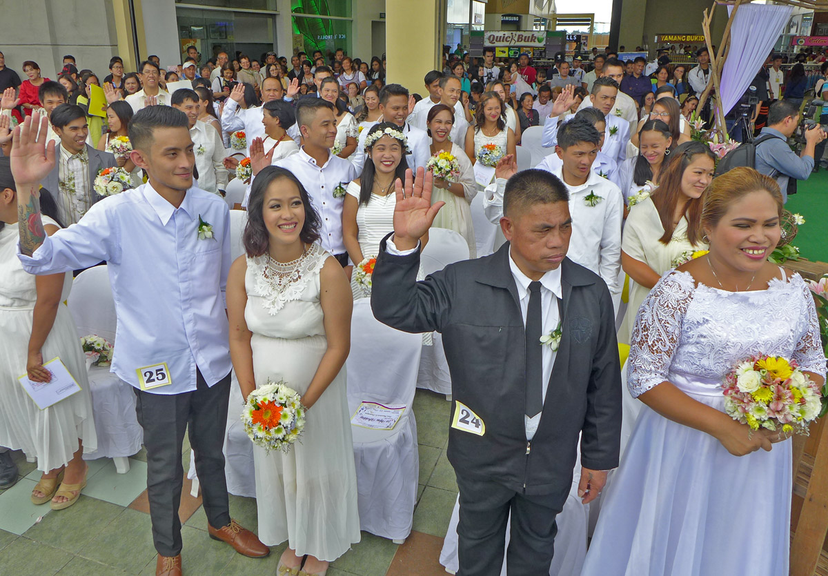 MASS WEDDING. Couples at the Kasal ng Bayan organized by the City Social Welfare and Development Office in celebration of Family Month.
