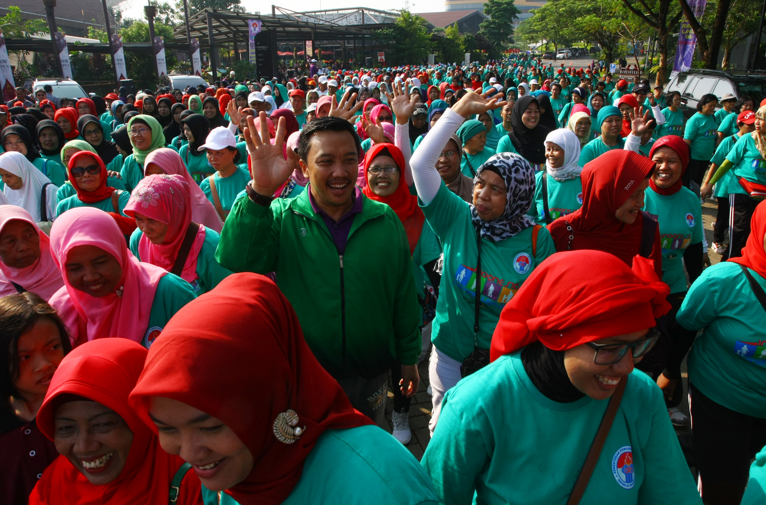 Menteri Pemuda dan Olahraga Imam Nahrawi (tengah) mengikuti jalan sehat 1.000 langkah bersama ribuan warga lanjut usia dalam rangka festival olahraga lansia di Serpong, Tangerang, Banten, pada 14 November 2015. Foto oleh Muhammad Iqbal/Antara