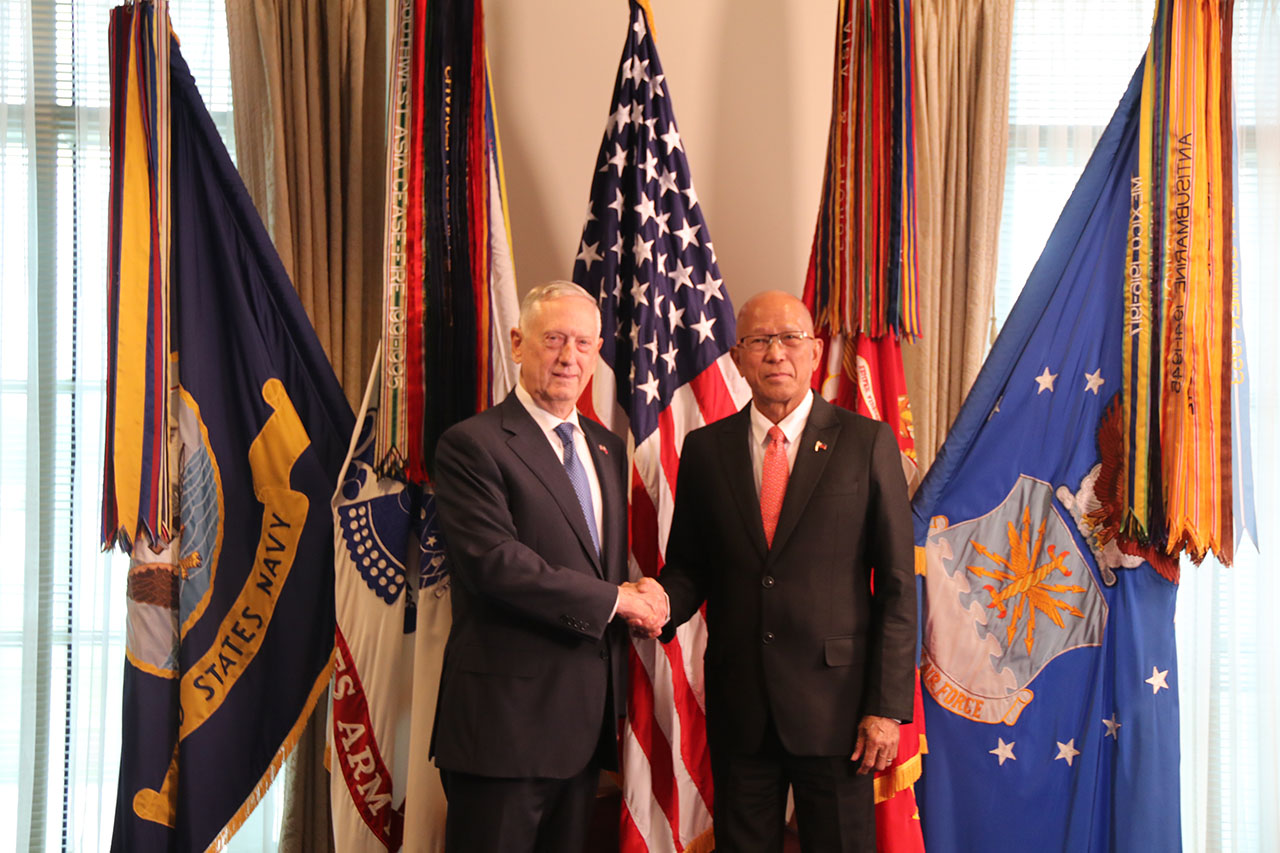 REAFFIRMING TIES. Philippine Defense Secretary Delfin Lorenzana and US Defense Secretary James Mattis at the Pentagon on September 18, 2018, reaffirm their countries' relationship. Photo by Lia Macadangdang/Philippine embassy in Washington DC