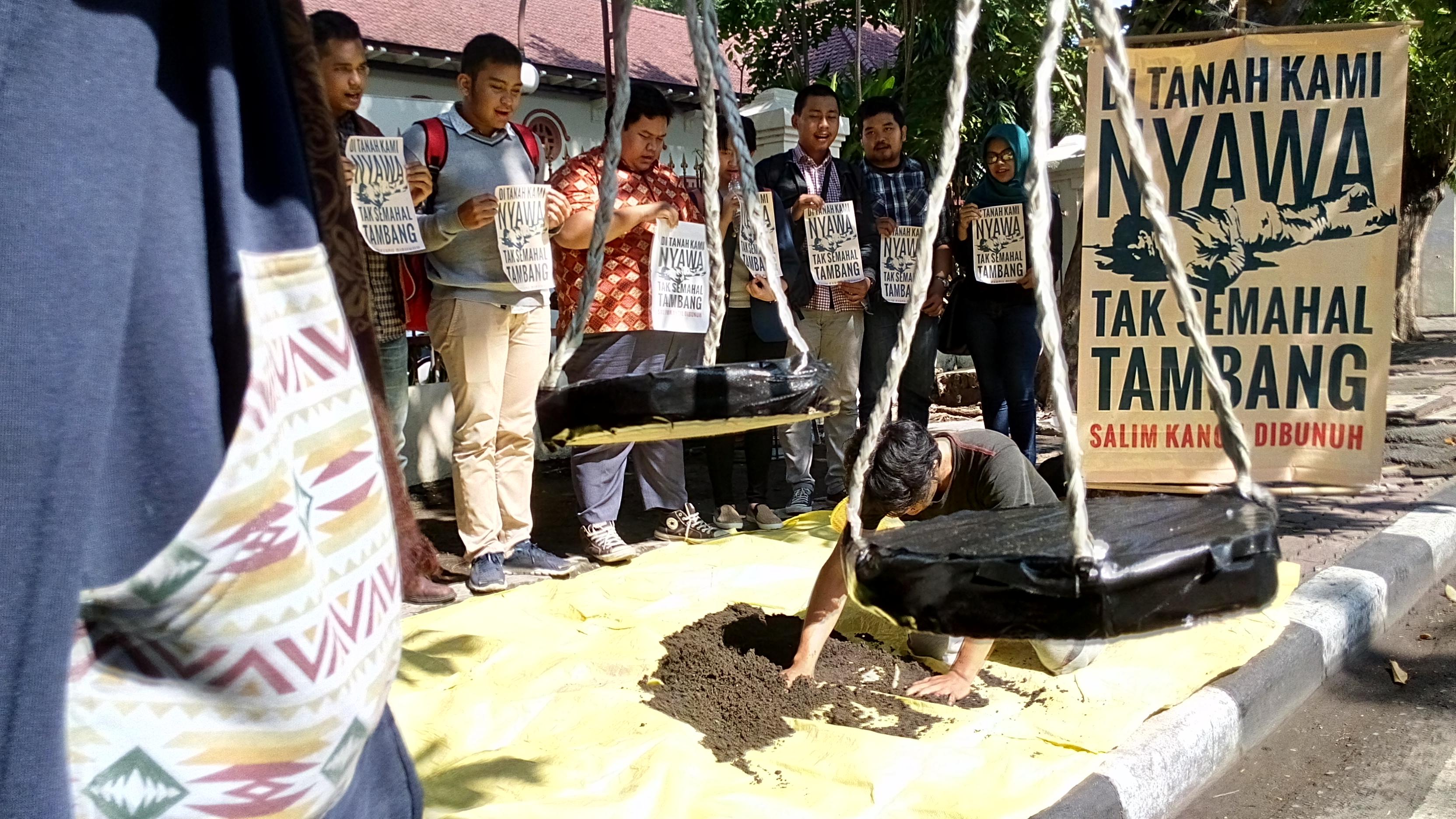 Pendukung aktivis tolak tambang berdemonstrasi di depan Pengadilan Negeri Surabaya, pada 18 Februari 2016. Foto oleh Amir Tedjo/Rappler