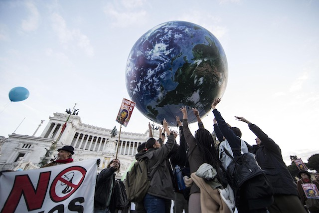 FOR THE PLANET. People rally to promote climate protection in Rome, Italy, 29 November 2015. Massimo Percossi/EPA