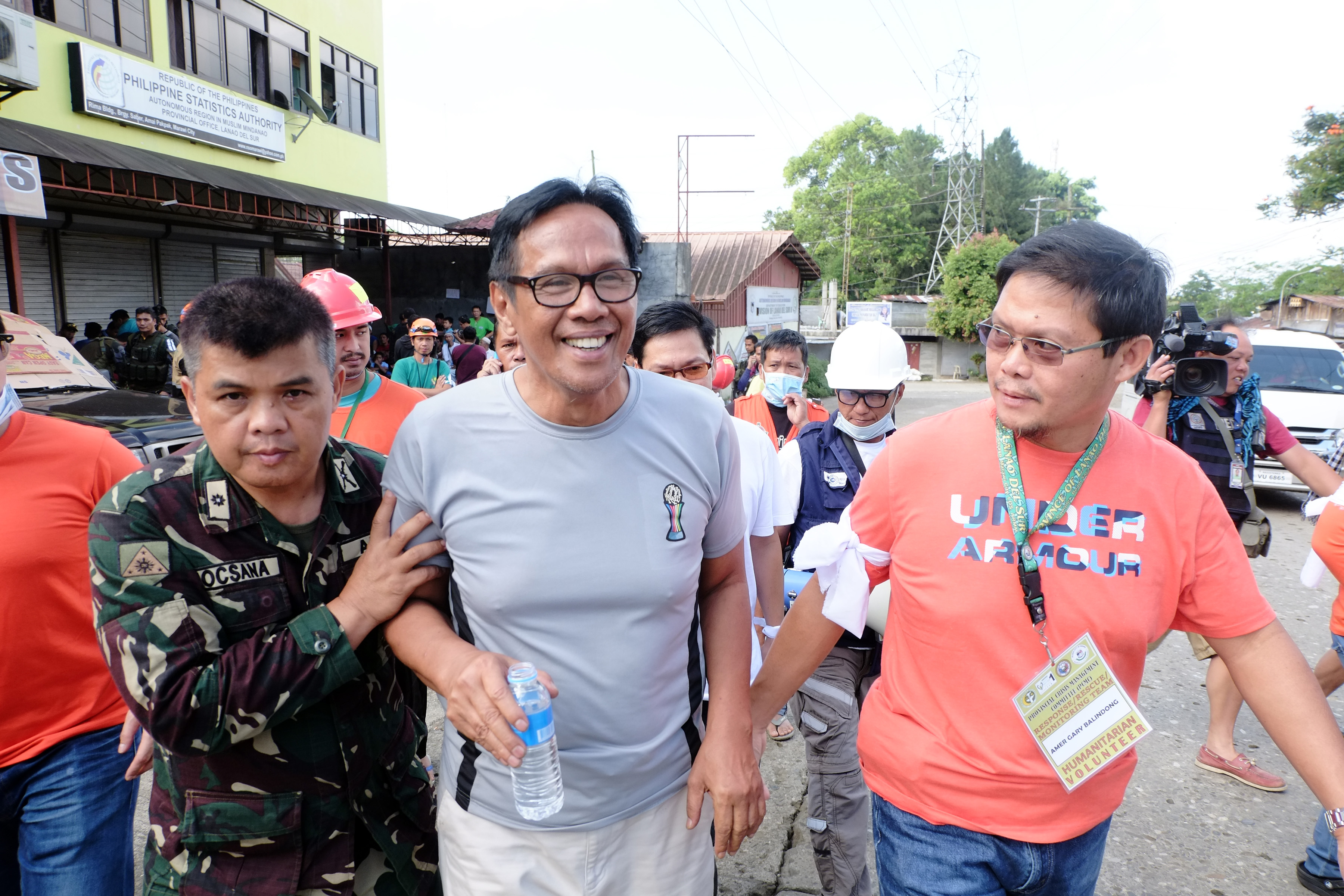ESCAPE. The last big batch of trapped residents who escaped the combat zone was led by Norodin Alonto Lucman. Photo by Bobby Lagsa/Rappler