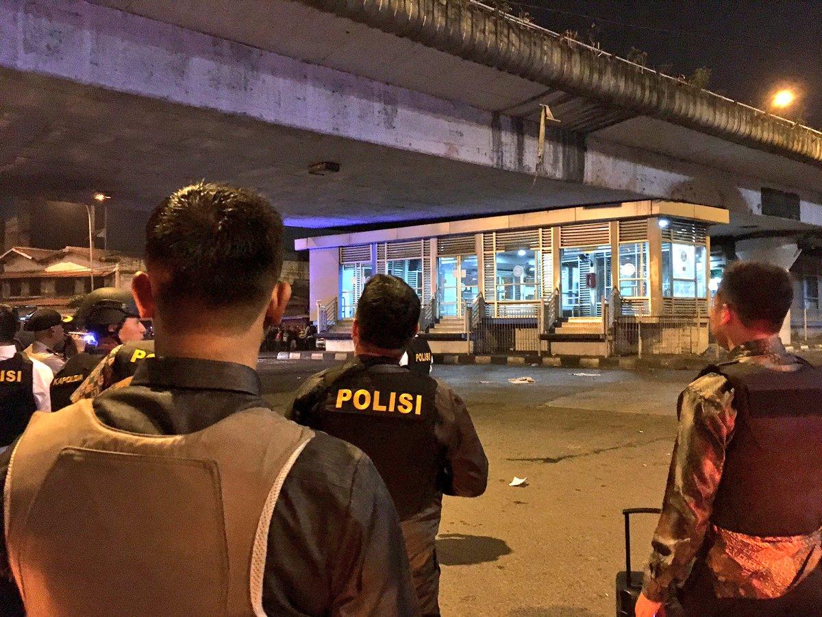 Polisi mengamankan kawasan sekitar Terminal Bus Kampung Melayu. Foto dari Twitter/@TMCPoldaMetro