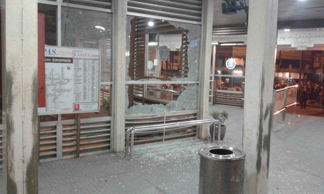 Kaca halte Trans Jakarta Kampung Melayu pecah akibat ledakan. Foto dari Twitter/@TMCPoldaMetro