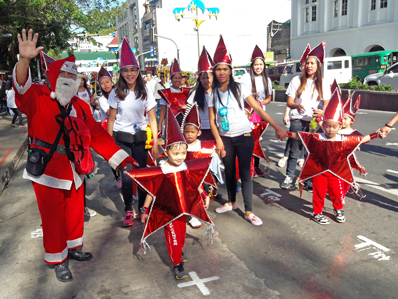 LITTLE STARS. Kids in star costumes with Santa. Photo by Mau Victa/Rappler