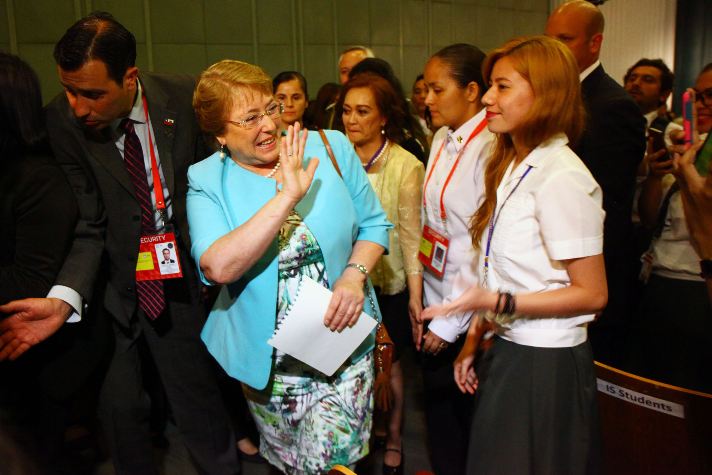 MEETING WOMEN. Chilean President Michelle Bachelet waves at the students of Miriam College during a dialogue with women's groups and young women leaders. The dialogue is part of her State visit to Manila. Phot by Josh Albelda/Rappler