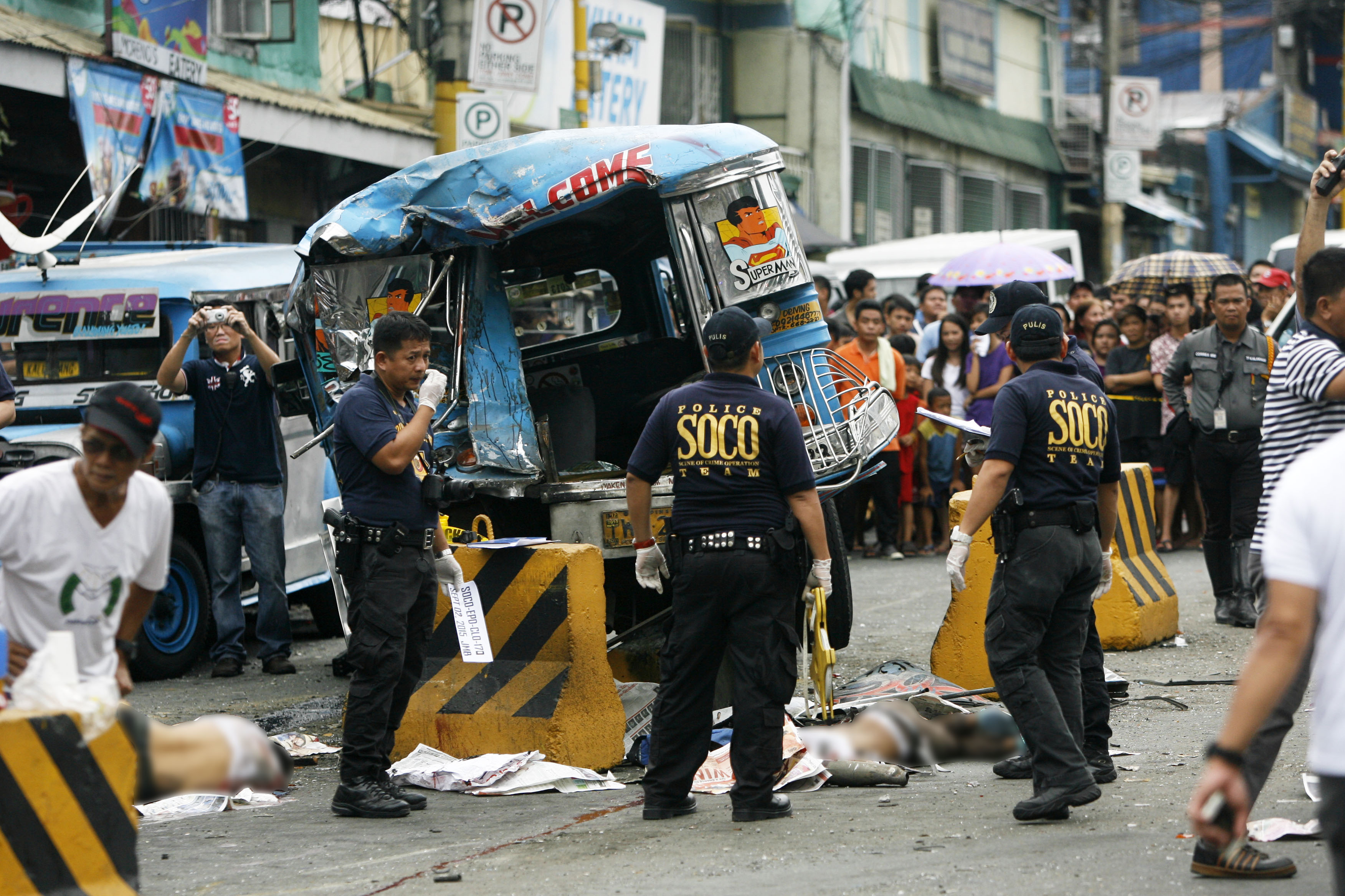 CRIME SCENE. Investigators rush to the accident site along A Bonifacio Avenue in Barangka, Marikina City, where two died on the spot on September 2, 2015. Photo by Ben Nabong/Rappler