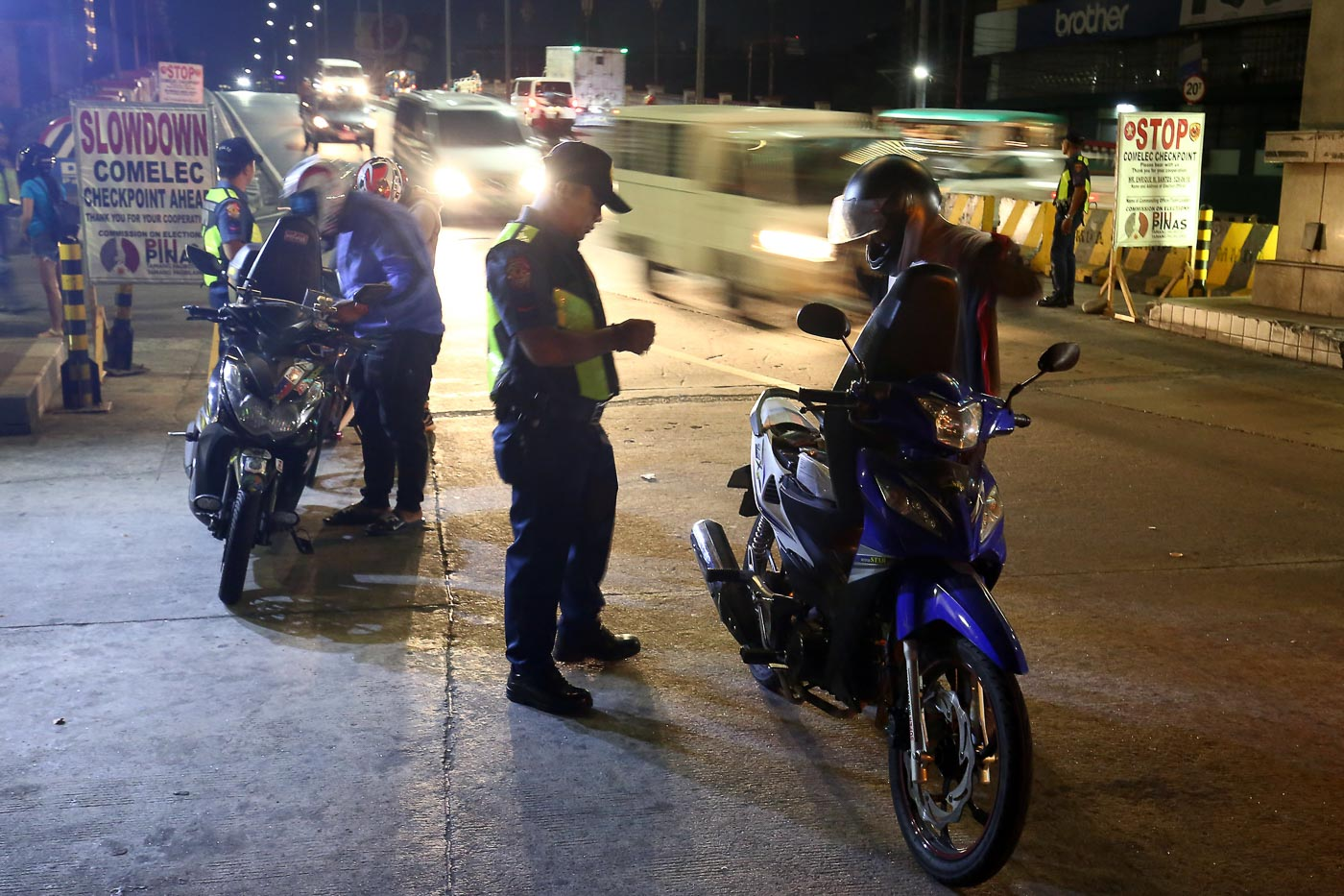 CHECKPOINTS. Policemen implement Comelecu2019s gun ban check in Binondo, Manila, as the National Capital Region Police Office also deploys 14,000 cops and set up more checkpoints in Metro Manila. Photo by Ben Nabong/Rappler