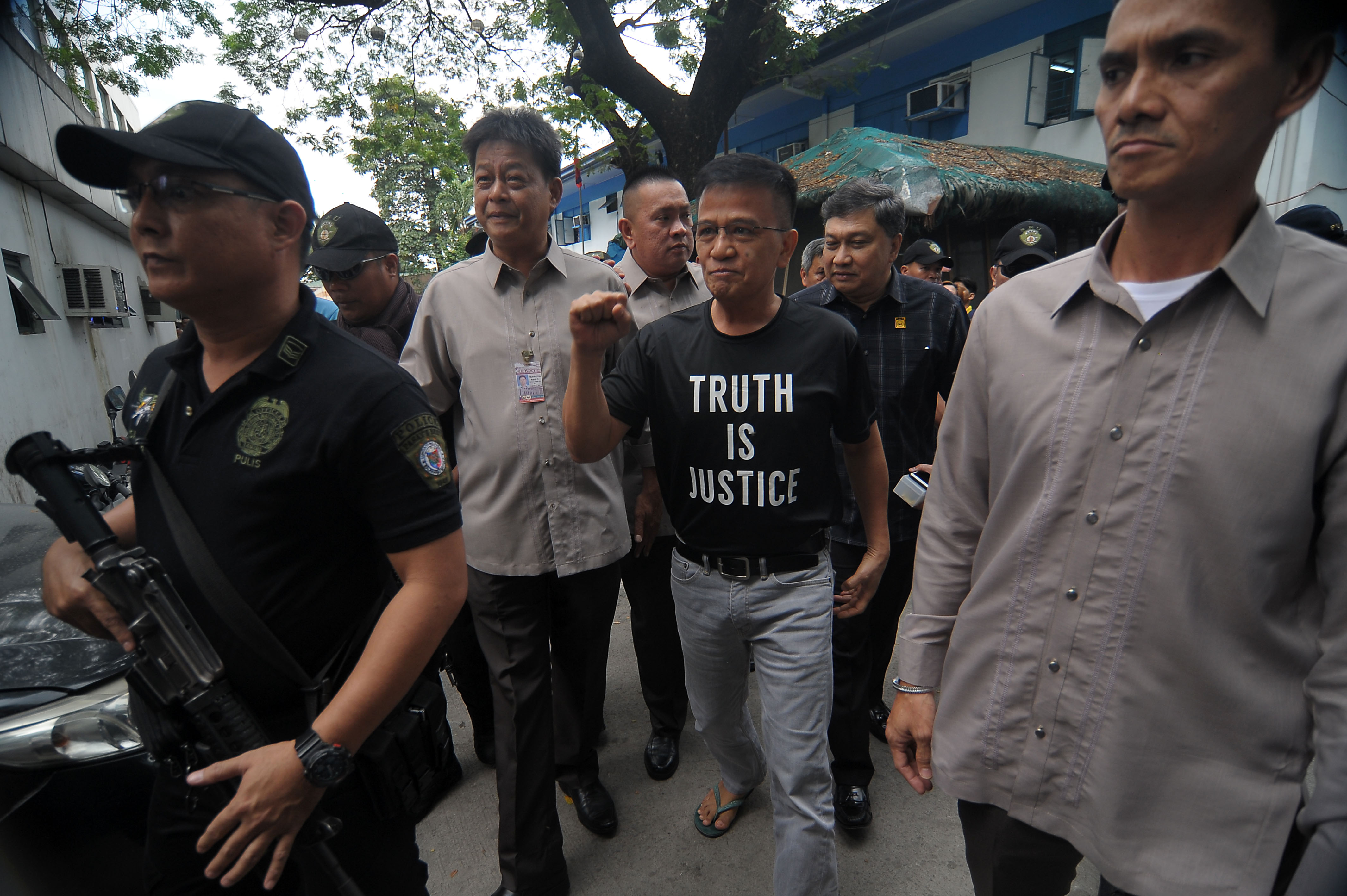 CONTEMPT. Former Customs commissioner Nicanor Faeldon is escorted by police and Senate security during his transfer to the Pasay City Jail on January 30, 2017. File photo by Ben Nabong/Rappler