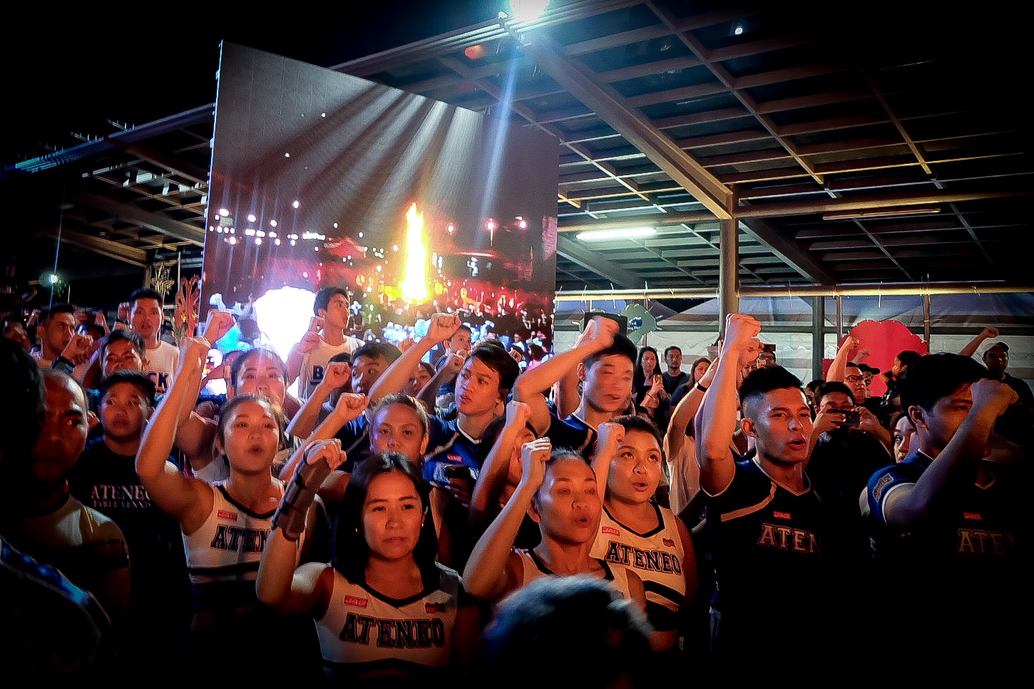 FAITHFUL. The Ateneo Blue Babble Battalion lead the singing of the Song For Mary. Photo by Beatrice Go/Rappler