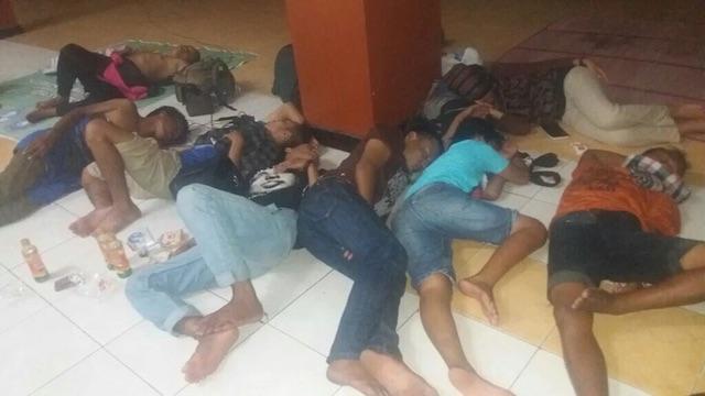 ISTIRAHAT. Setelah berjalan puluhan kilometer, warga Kendeng beristirahat di halaman Museum Ronggowarsito, Semarang.