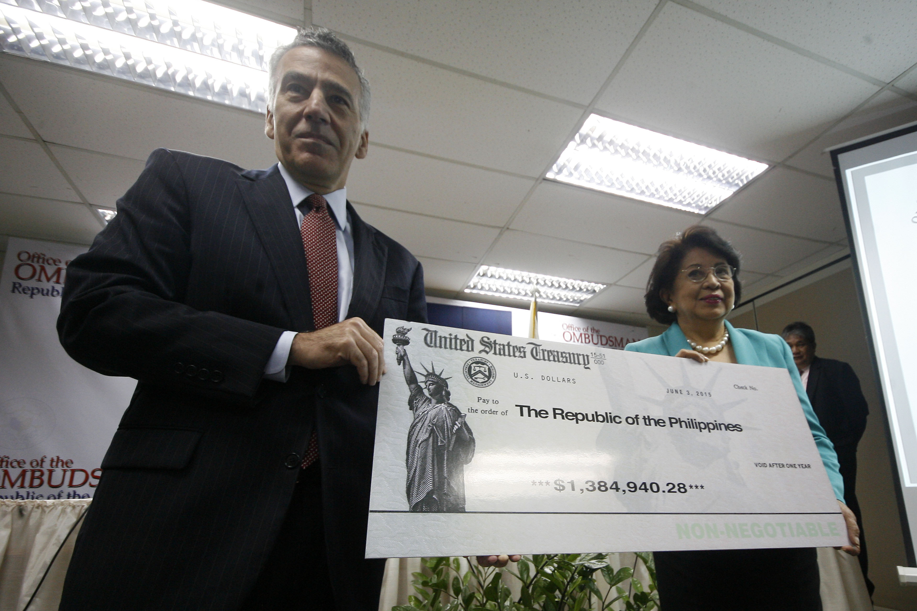 COOPERATION. US ambassador Philip Goldberg and Ombudsman Conchita Carpio Morales at the turnover ceremony at the Office of the Ombudsman. Photo by Ben Nabong/Rappler