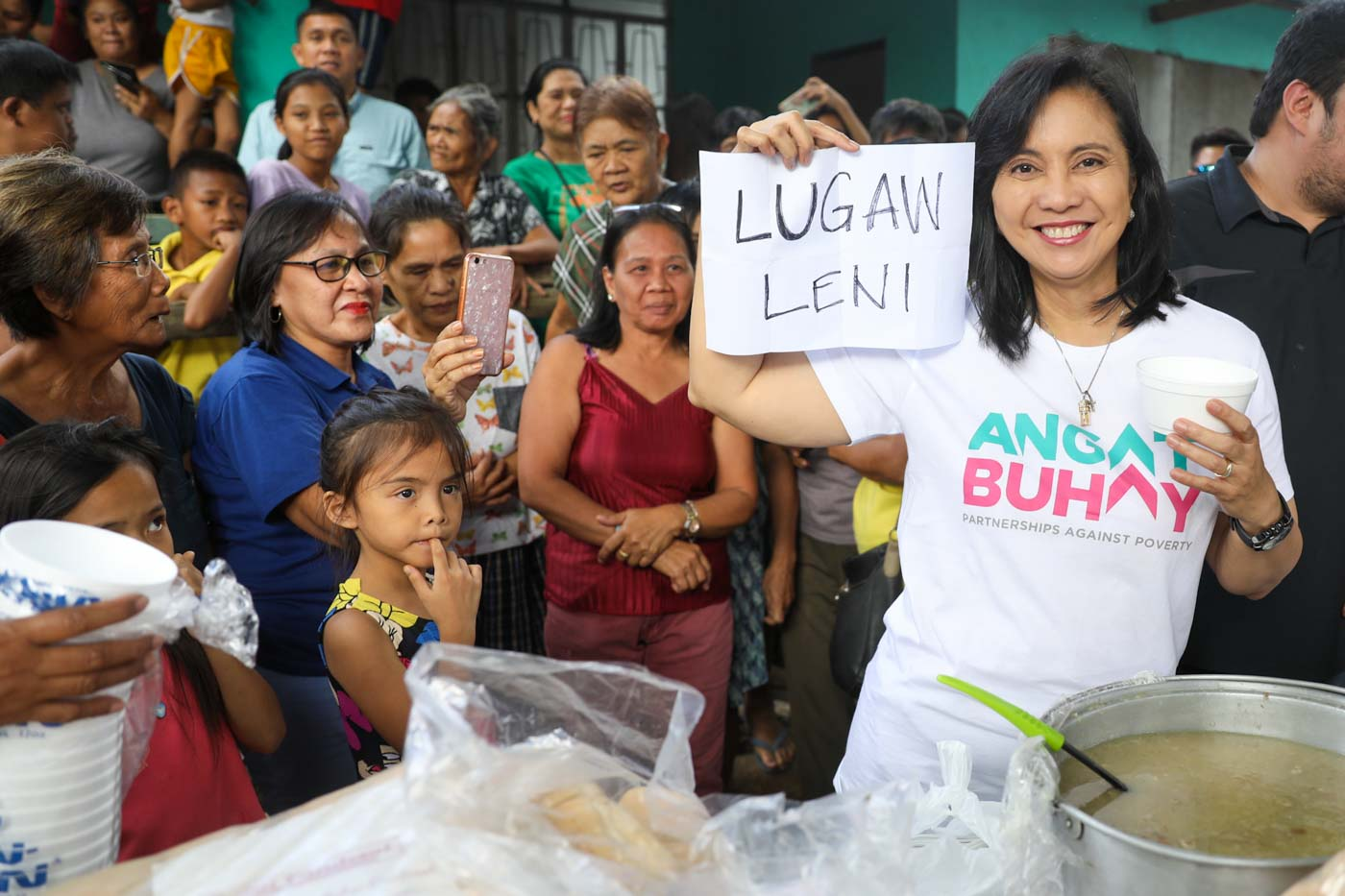 'LUGAW LENI.' Vice President Leni Robredo holds up the u0022Lugaw Leniu0022 sign during her visit to Barangay Bolbok, Tuy, Batangas on January 21, 2020. Photo by Charlie Villegas/OVP