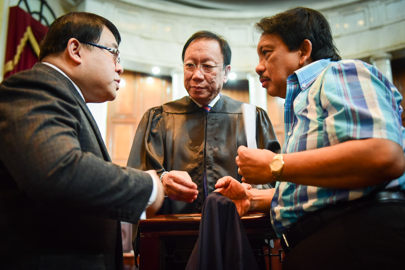 CALIDA AS SOLGEN. Solicitor General Jose Calida talks to VACC's Ferdinand Topacio (left) and Dante Jimenez (right) during the Supreme Court's oral arguments. File photo by LeAnne Jazul/Rappler