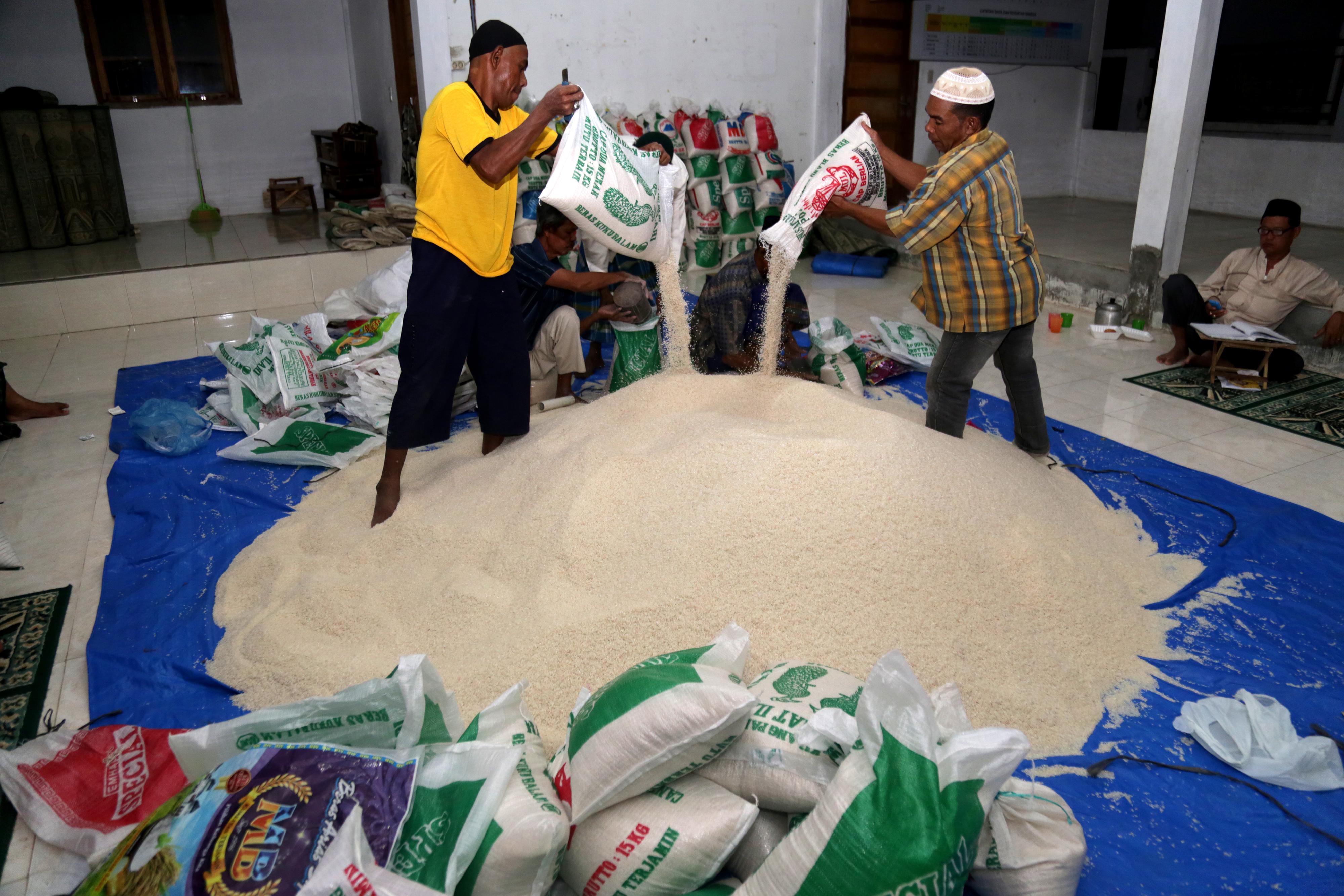 BERAS ZAKAT FITRAH. Panitia penerima dan penyaluran zakat fitrah mengumpulkan beras yang dibayarkan warga di Masjid Al-Ikhlas, Ilie Ulee Kareng, Banda Aceh, pada 2 Juni 2017. Foto oleh Irwansyah Putra/Antara