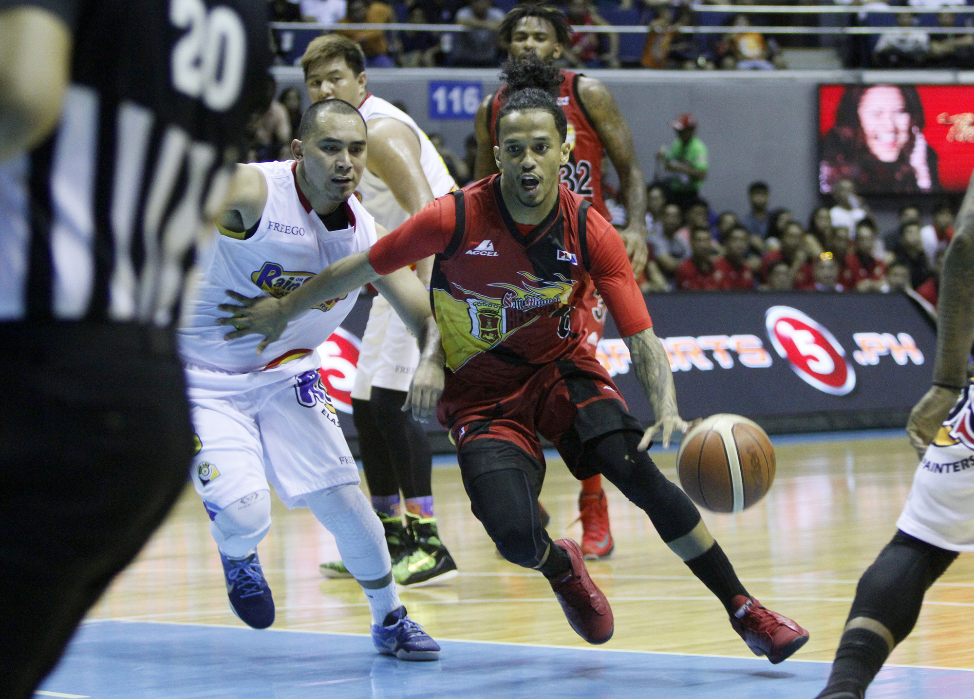 Chris Ross of San Miguel Beer helped move the ball around just when the Rain or Shine defense thought it had him cornered. Photo courtesy of PBA Media Bureau