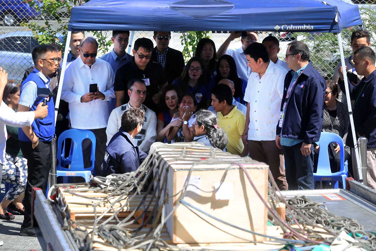 INCONSOLABLE. Foreign Secretary Alan Peter Cayetanos sits down with members of the family of Joanna Daniella Demafelis. Photo by Ben Nabong/Rappler