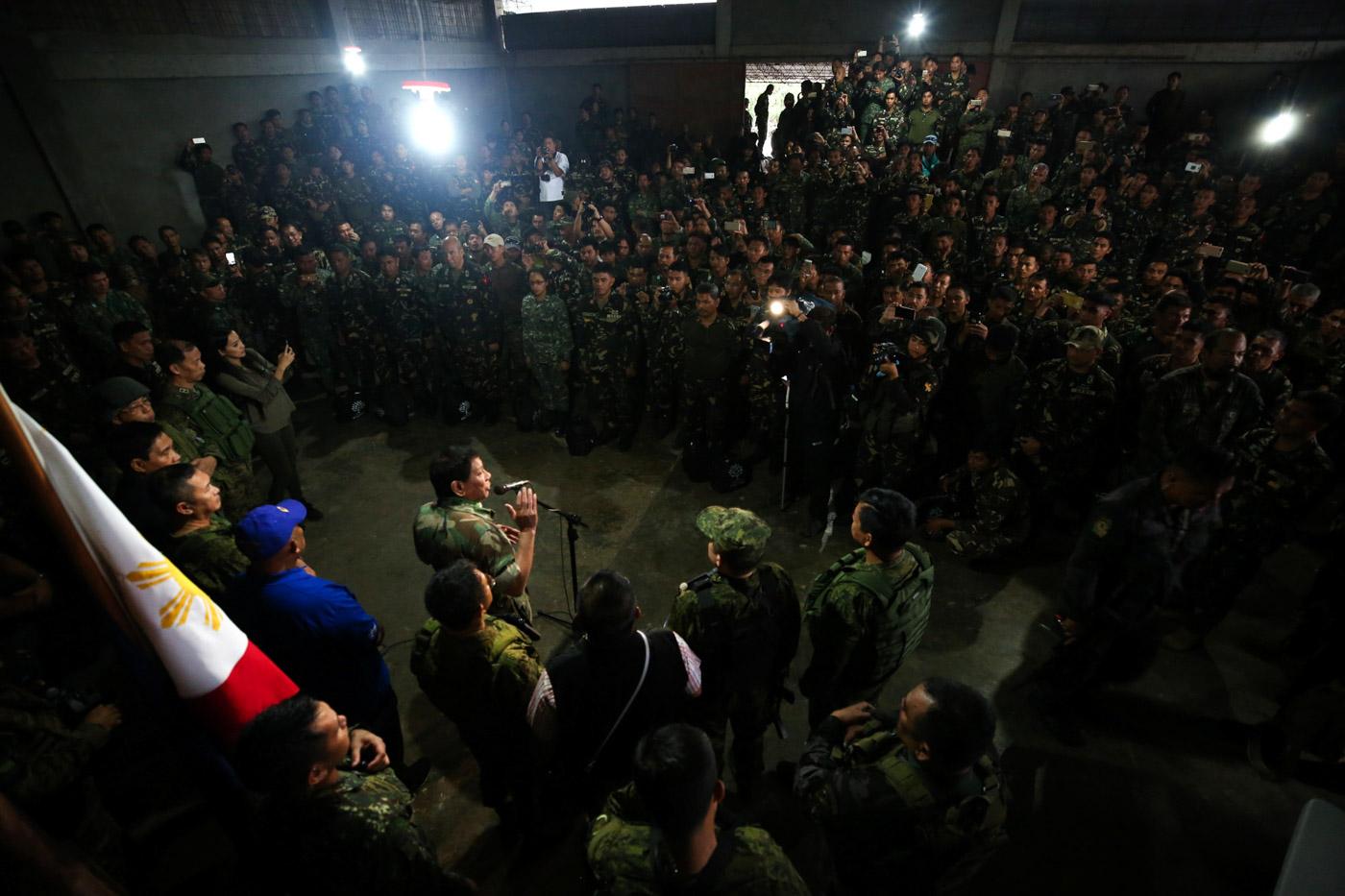 COMMANDER-IN-CHIEF. President Rodrigo Duterte talks to troops in Marawi City on August 24, 2017. Malacau00f1ang photo