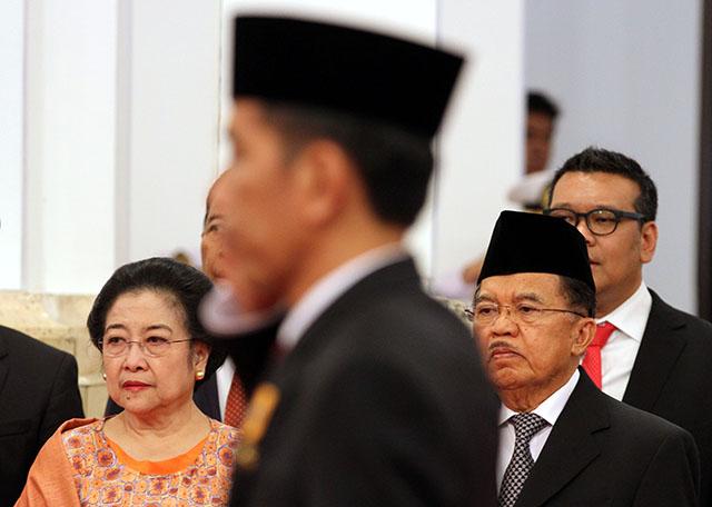 Presiden Jokowi didampingi Wapres Jusuf Kalla dan Ketua Umum PDI-P saat melantik sejumlah menteri baru pada reshuffle kabinet pertama, 12 Agustus 2015. Foto oleh Rappler