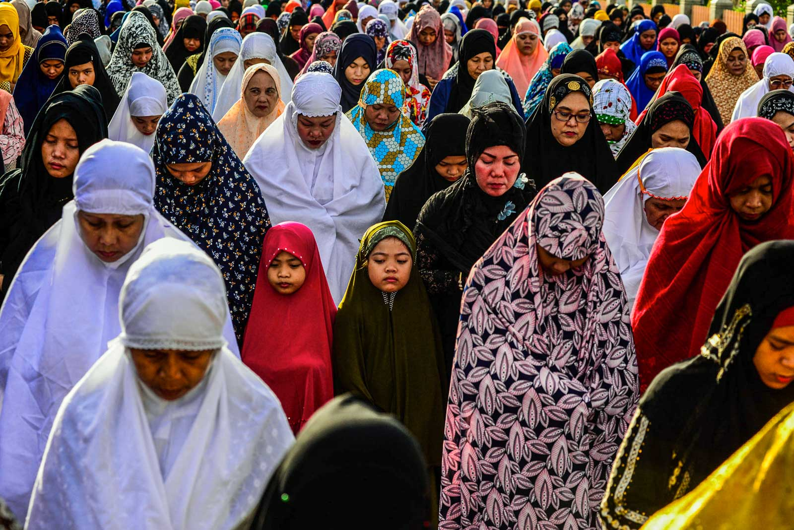 ALL WOMEN. Mothers and daughters in their fineries pray at the Blue Mosque in Taguig City. Photo by Maria Tan/Rappler