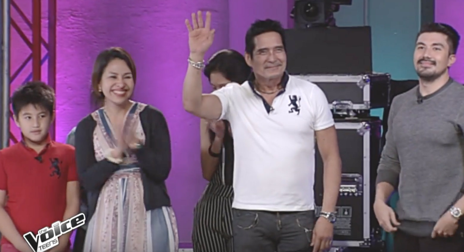 PROUD DAD. Roi Vinzon waves to the audience while watching daughter Isabela during the blind auditions. Screengrab from YouTube/The Voice Teens Philippines