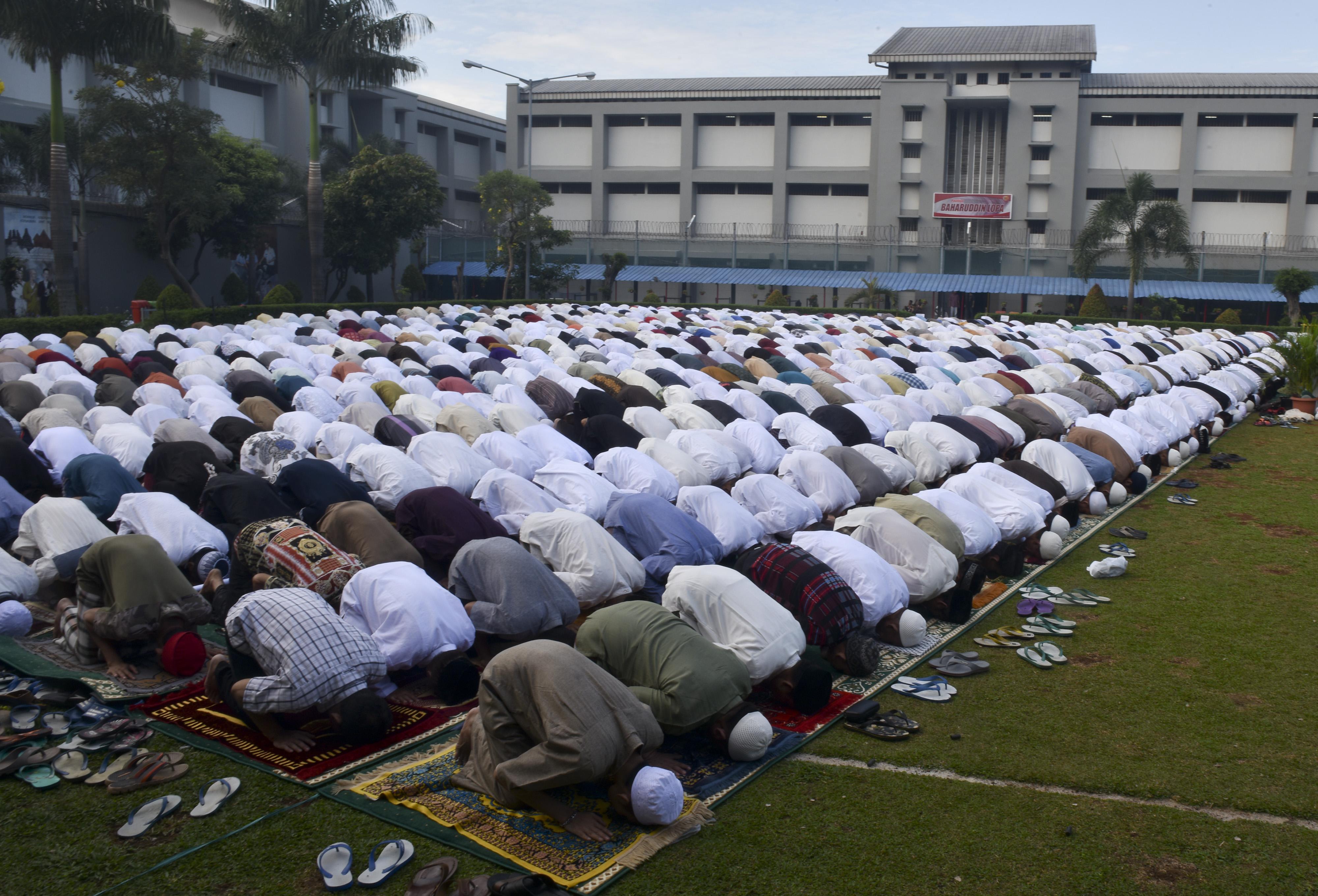 LAPAS. Warga binaan mengikuti salat Idul Fitri di Lapangan Rutan Cipinang, Jakarta, Minggu, 25 Juni. Foto oleh Wahyu Putro A/ANTARA