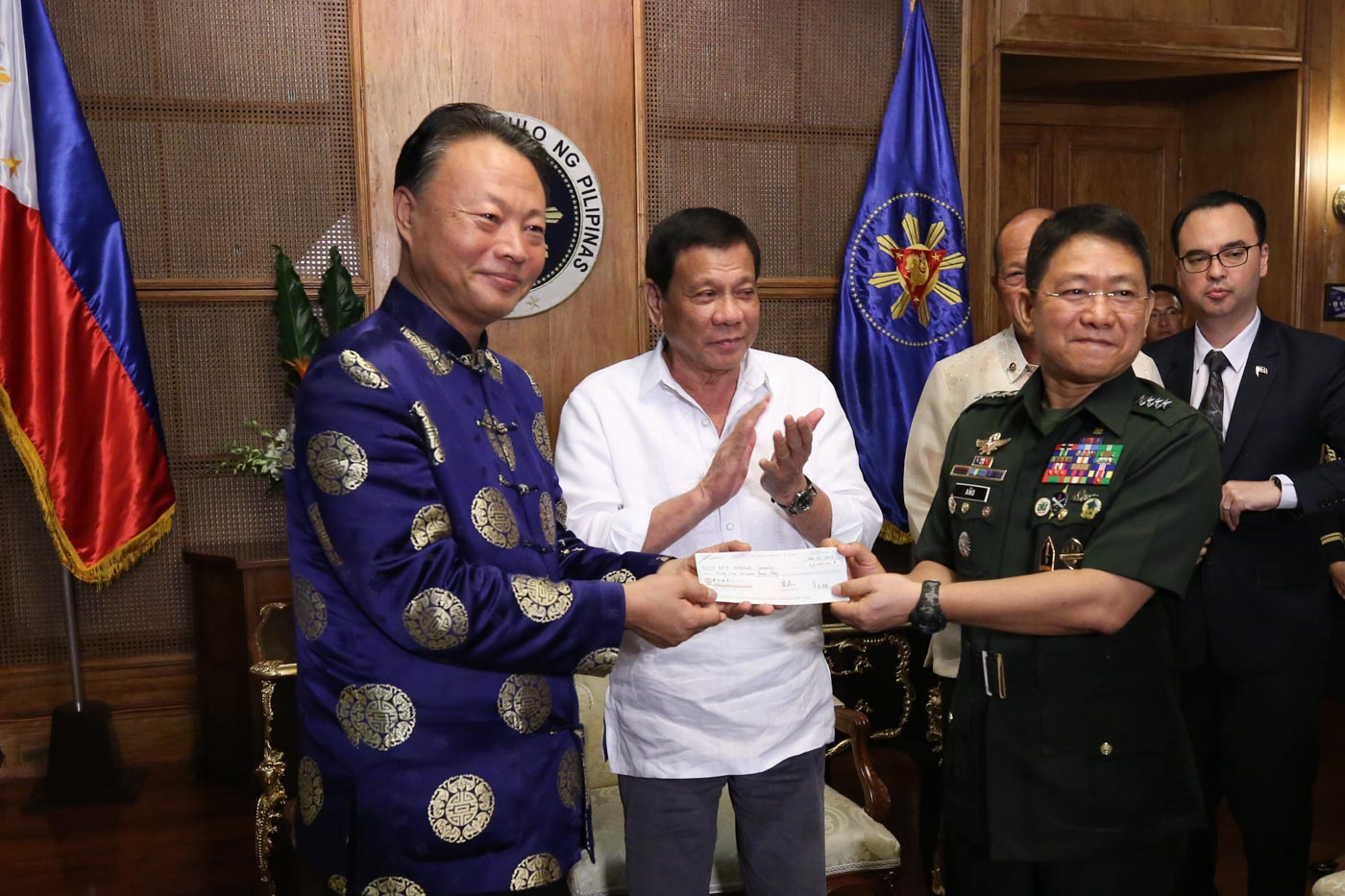 HELP FOR MARAWI. President Rodrigo Duterte witnesses the turnover by Chinese Ambassador to the Philippines Zhao Jianhua of a check worth P65-million to AFP chief General Eduardo Au00f1o for the medical treatment of wounded soldiers. Presidential photo