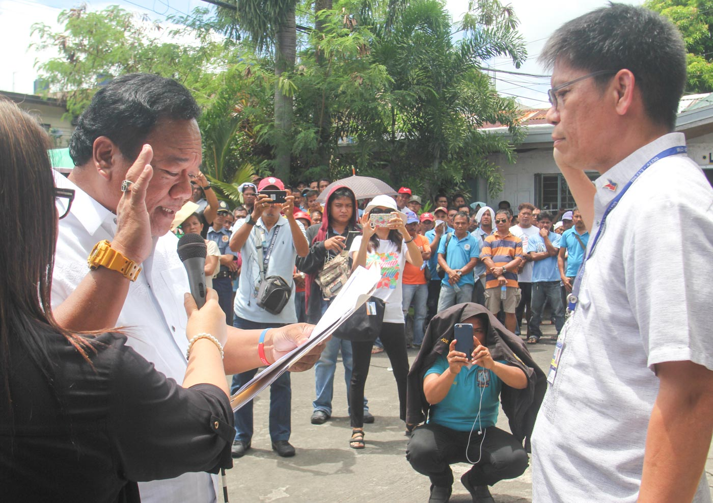 NEW BICOL CHIEF. LTFRB Chairman Martin Delgra III (right) administers the oath on the new LTFRB Bicol chief. Photo by Rhaydz Barcia/Rappler