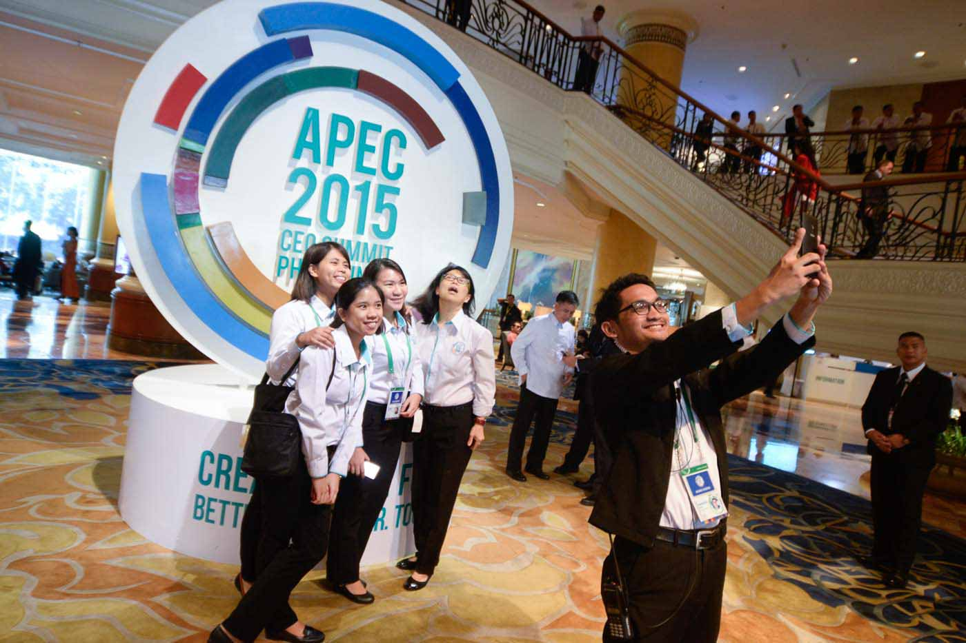 VOLUNTEERS. University students from Metro Manila take a souvenir photo after the conclusion of the APEC CEO Summit at the Makati Shangrila Hotel. All photos by Alecs Ongcal/Rappler