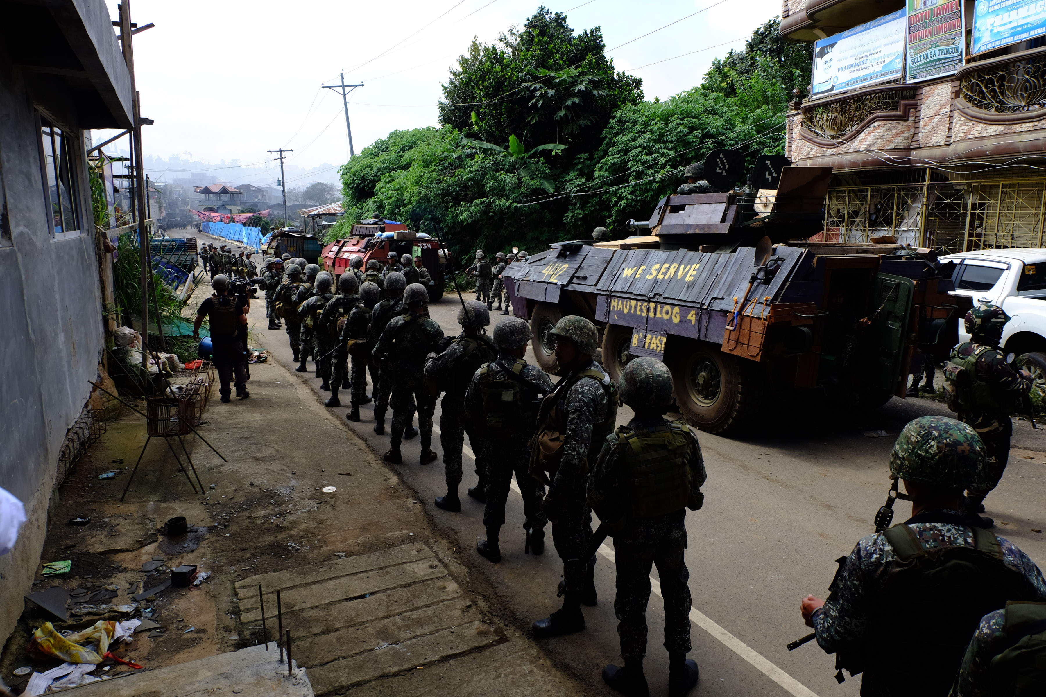 Philippine Marine soldiers line up as they prepare to cross the Mapandi Bridge in Marawi City on Wednesday, August 30, 2017. Photo by Bobby Lagsa/Rappler