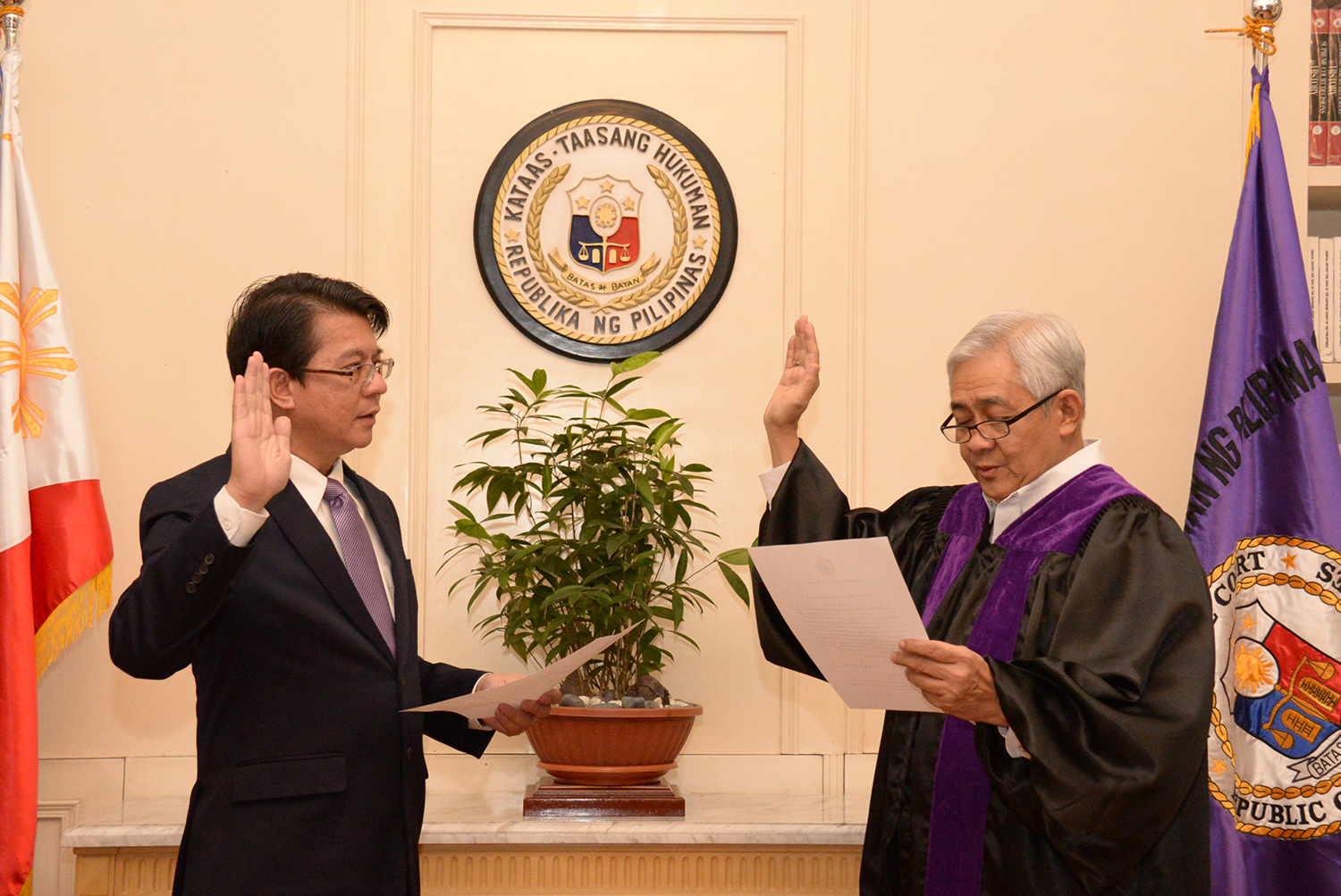 Sandiganbayan Associate Justice Karl Miranda takes his oath before Justice Francis Jardeleza. All photos by Francisco S. Gutierrez/SC PIO