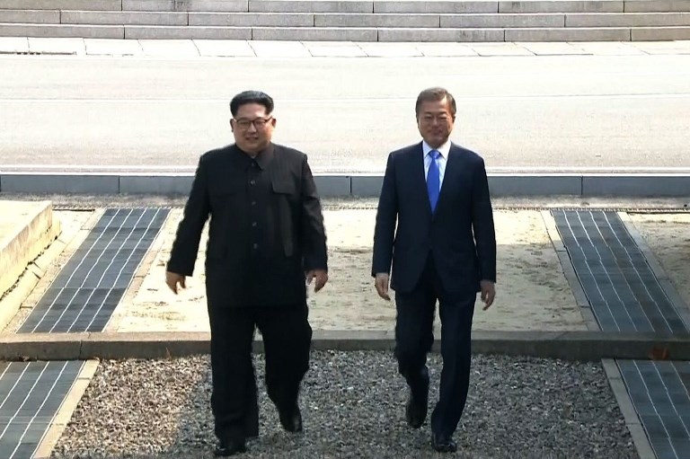 INTER-KOREAN SUMMIT. This screengrab from the Korean Broadcasting System (KBS) taken on April 27, 2018 shows North Korea's leader Kim Jong-Un (L) and South Korea's President Moon Jae-in walking together past the Military Demarcation Line that divides their countries at Panmunjeom. AFP PHOTO / KOREAN BROADCASTING SYSTEM (KBS)