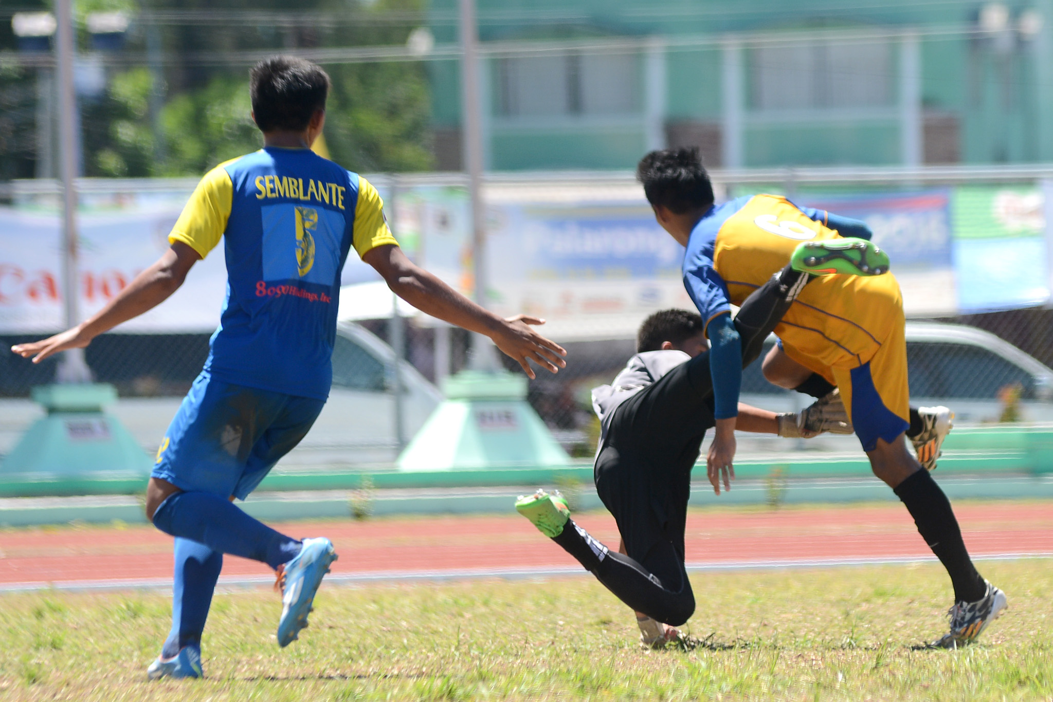 DOWN THEY GO. NCR and Central Visayas players get entangled in a play. Photo by Roy Secretario/Rappler