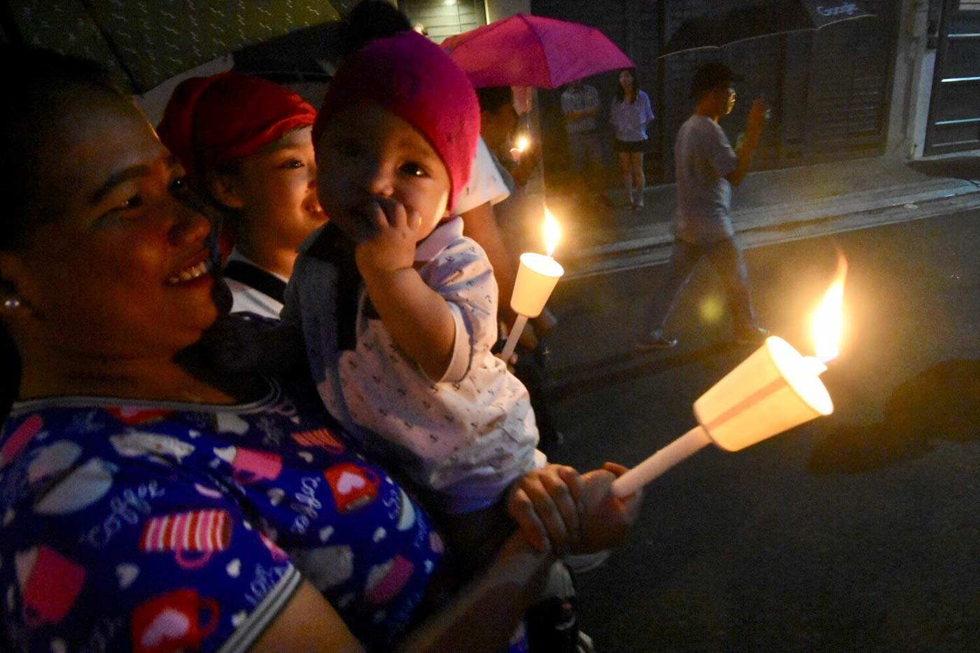 DEVOTION. Filipinos young and old join the annual La Naval procession. Photo by Angie de Silva/Rappler
