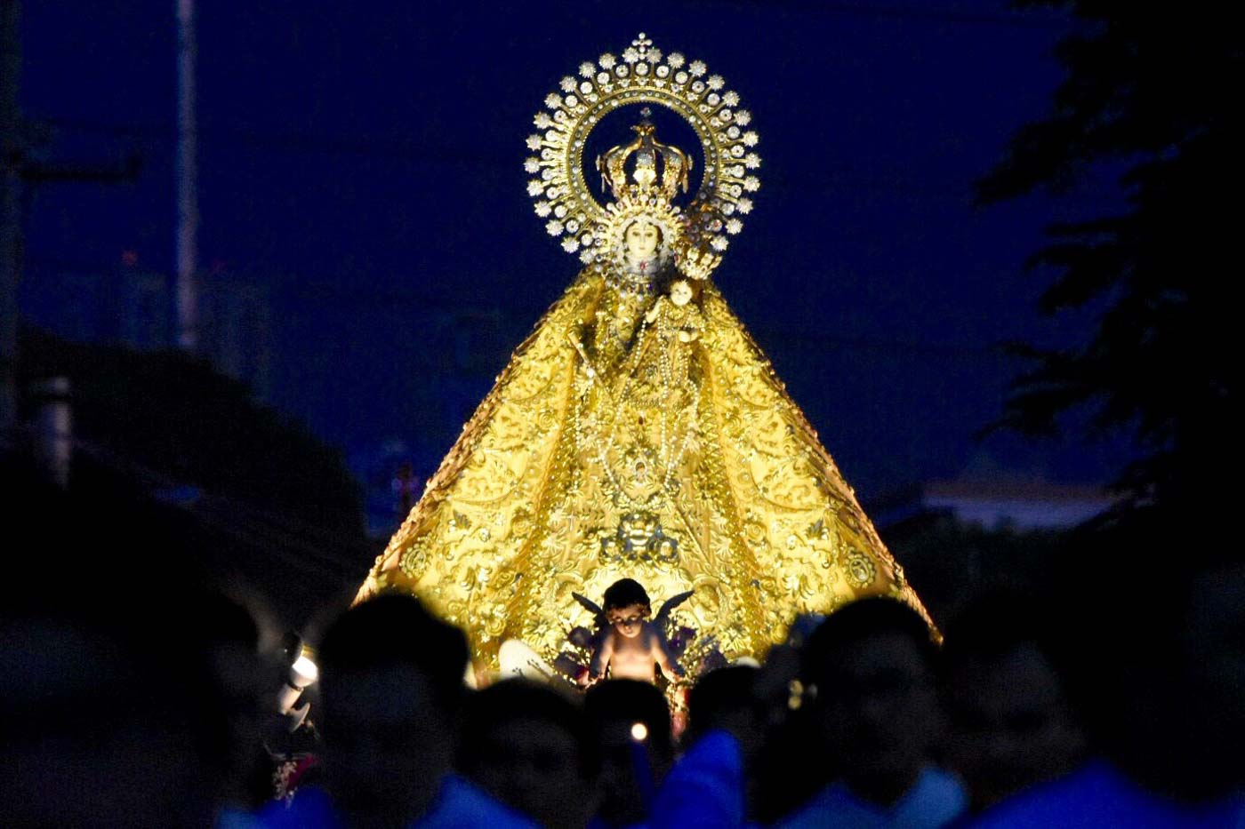 'HAIL MARY.' October, when the La Naval procession is held, is also the Catholic month of the holy rosary. Photo by Angie de Silva/Rappler