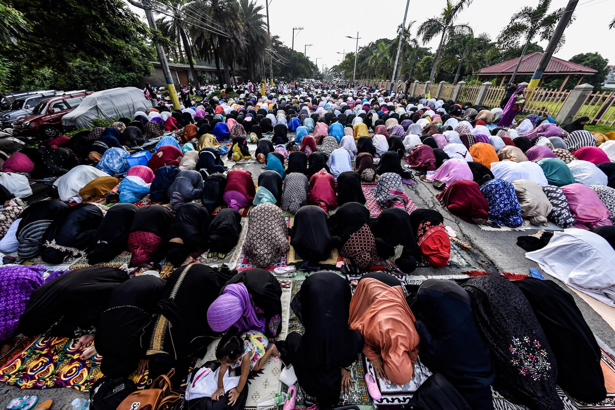 IN PRAYER. Muslims in Taguig pray during the Eid'l Adha celebration on August 21, 2018. Photo by Maria Tan/Rappler