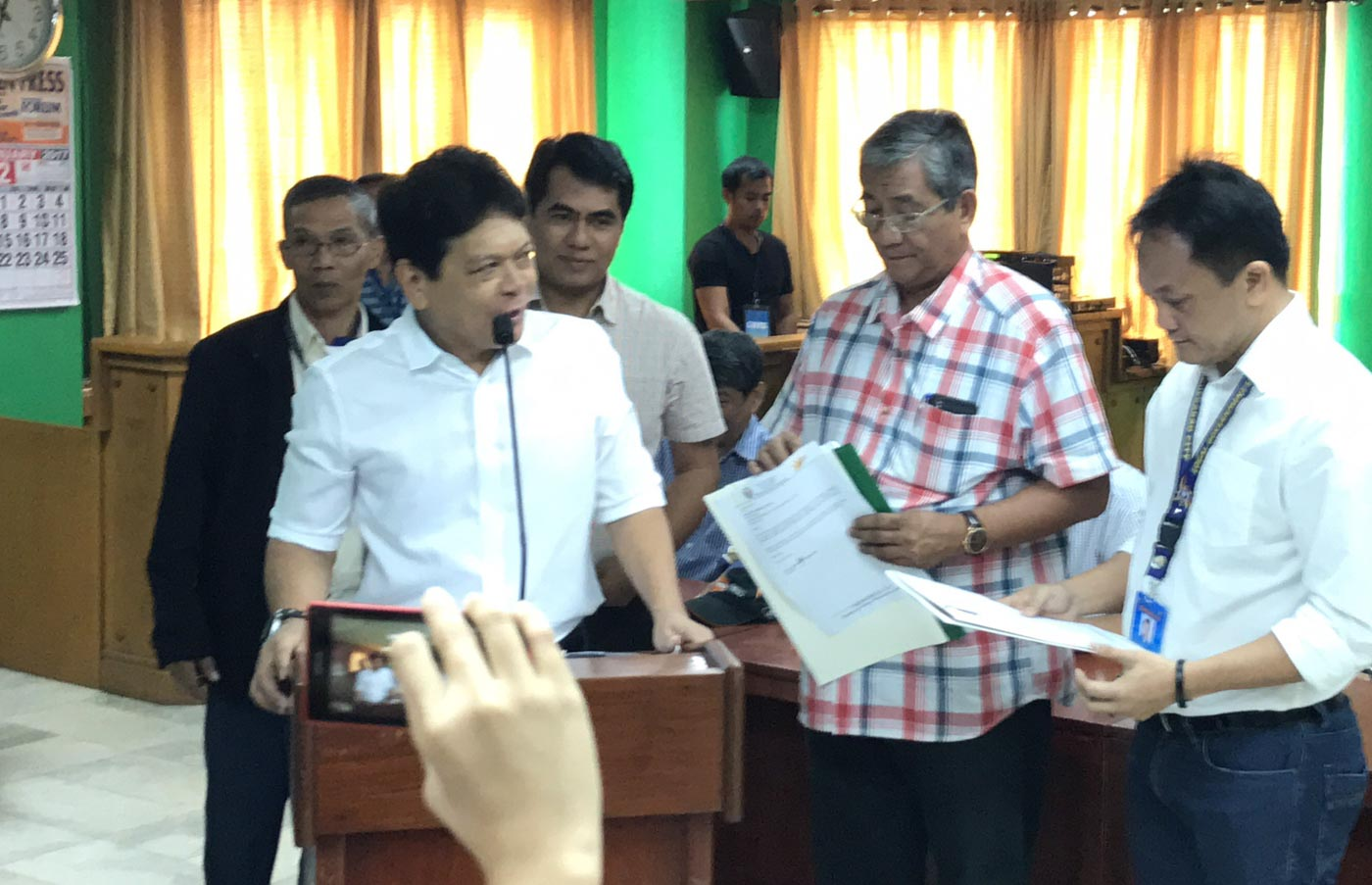 STEPPING DOWN. Tuguegarao Mayor Jefferson Soriano on February 10, 2017 relinquished his post to Vice Mayor Benben de Guzman, after being dismissed by the Ombudsman. Photo by Raymon Dullana/Rappler
