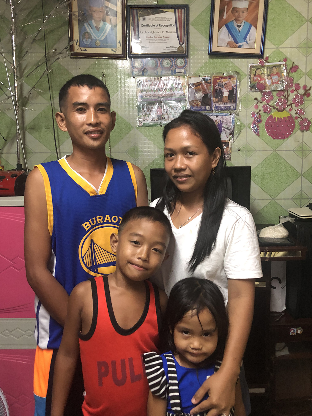 FAMILY. Roselyn Resano poses for a photo with her husband and kids. Photo by Ana P. Santos.