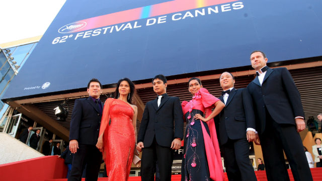 COCO AT CANNES. L-R, Director Brillante Mendoza, actors Mercedes Cabral, Coco Martin, Maria Isabel Lopez and producers Ferdinand Lapuz and Didier Costet arrive for the gala screening of their film 'Kinatay' during the 62nd edition of the Cannes film festival in Cannes, France, 16 May 2009. Ian Langsdon/EPA