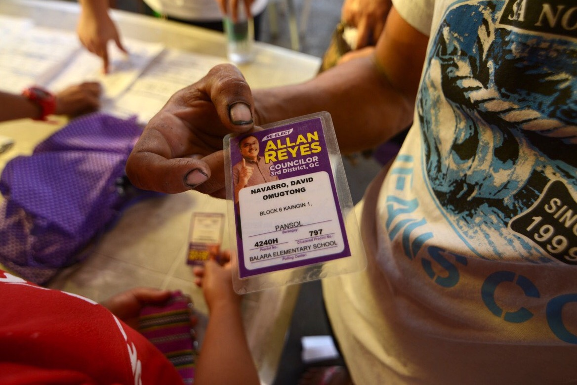 VOTER'S ID? Local politicians give out temporary voter's IDs to their constituents who have not yet received the official ones. Photo by Martin San Diego/Rappler