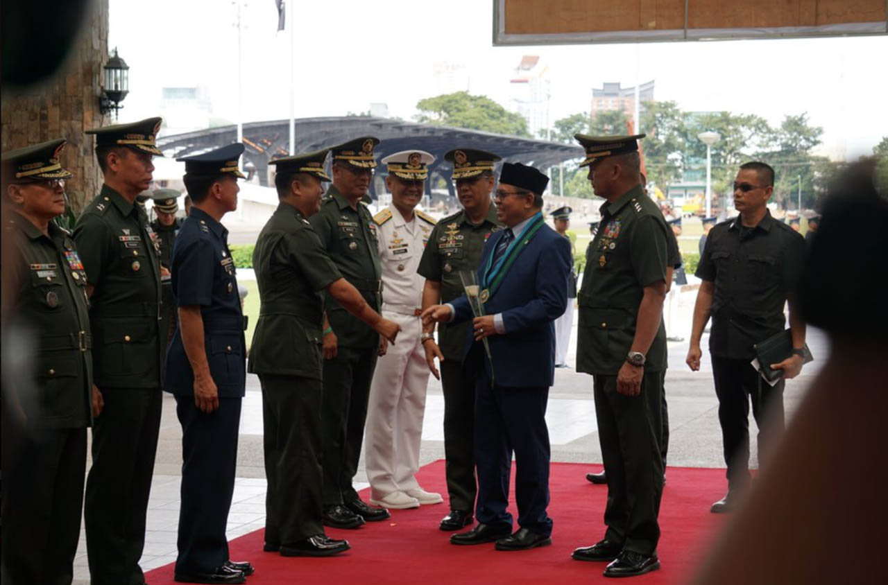 RED CARPET. Moro Islamic Liberation Front chairman Al Haj Murad Ebrahim gets a warm welcome from the Armed Forces of the Philippines on November 19, 2018. Photo by Carmela Fonbuena/Rappler