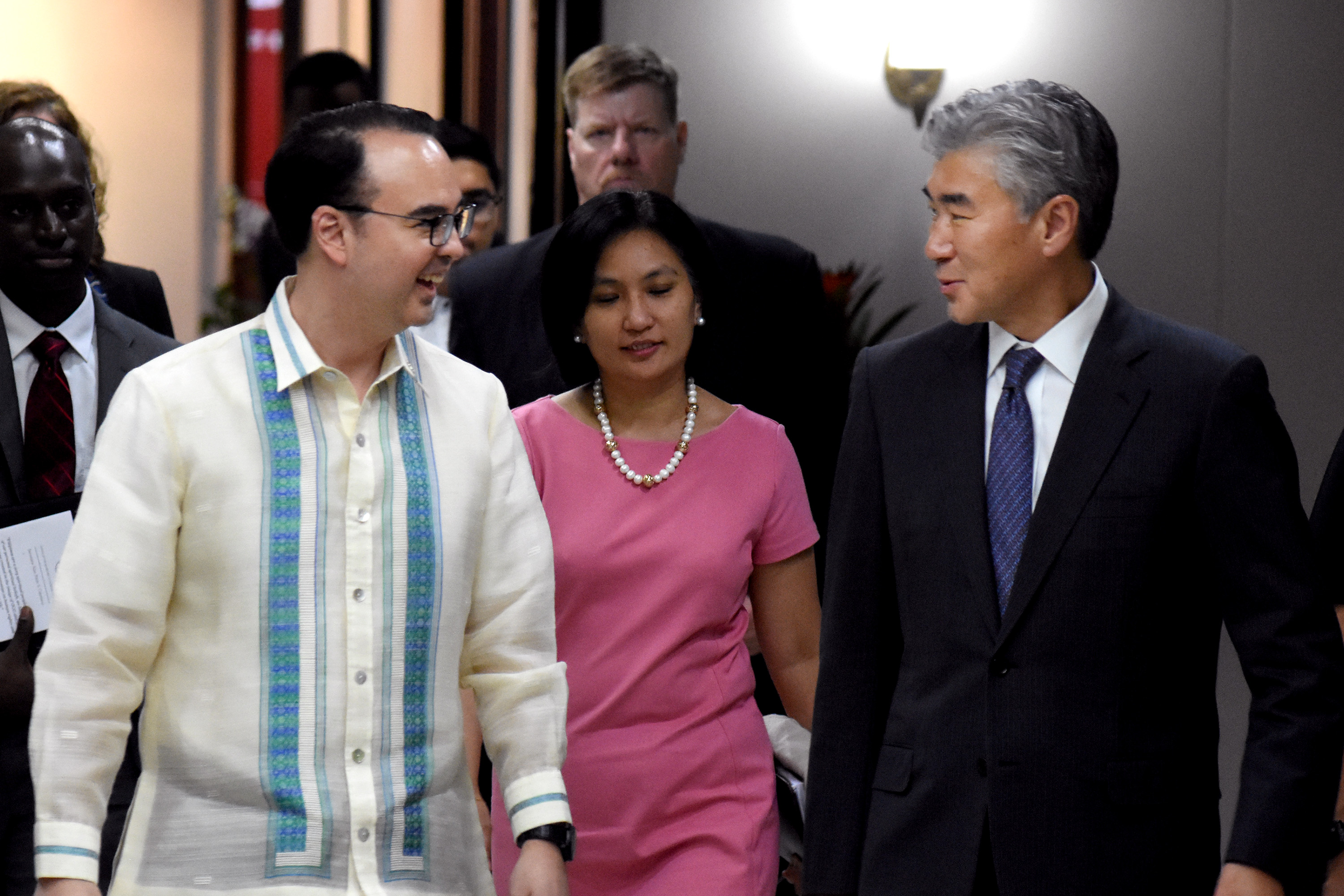 BETTER TIES. Philippine Foreign Secretary Alan Peter Cayetano and US Ambassador to the Philippines Sung Kim chat at the Philippine Department of Foreign Affairs on September 8, 2017, the day they sign a document on a partnership to reduce drug demand in the Philippines. Photo by Angie de Silva/Rappler