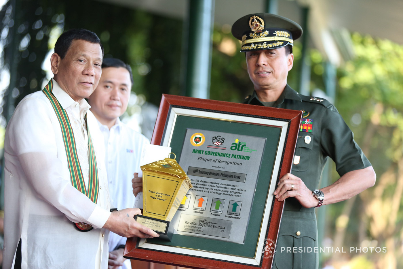 AWARDEE. President Rodrigo Duterte confers the Army Governance Pathway Institutionalized Medallion award on the 10th Infantry Division represented by its commander, Major General Noel Clement.