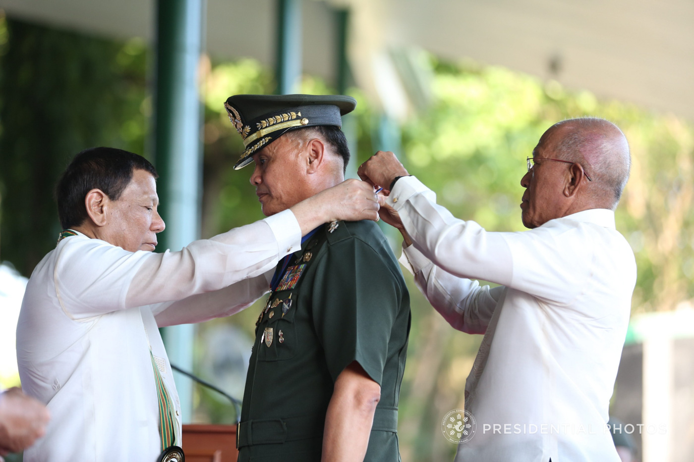 DISTINGUISHED SERVICE. President Rodrigo Duterte confers the Distinguished Service Star on Major General Joselito Reyes.