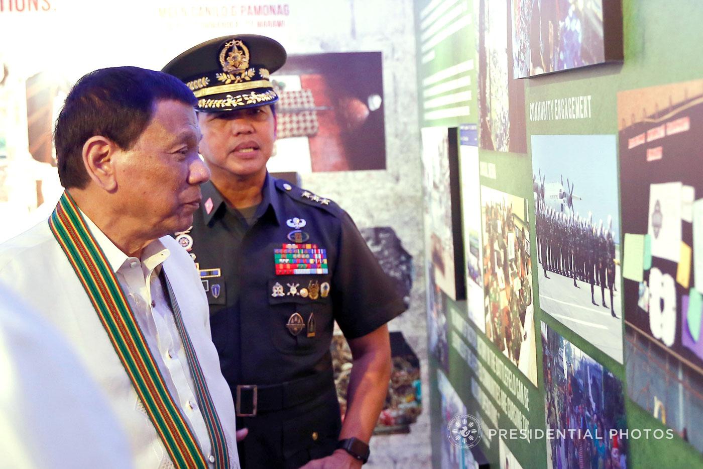 PHILIPPINE ARMY. Army chief Lieutenant General Rolando Joselito Bautista tours President Rodrigo Roa Duterte inside the Army Museum during the 121st anniversary celebration of the service on March 20, 2018. Malacau00f1ang Photo