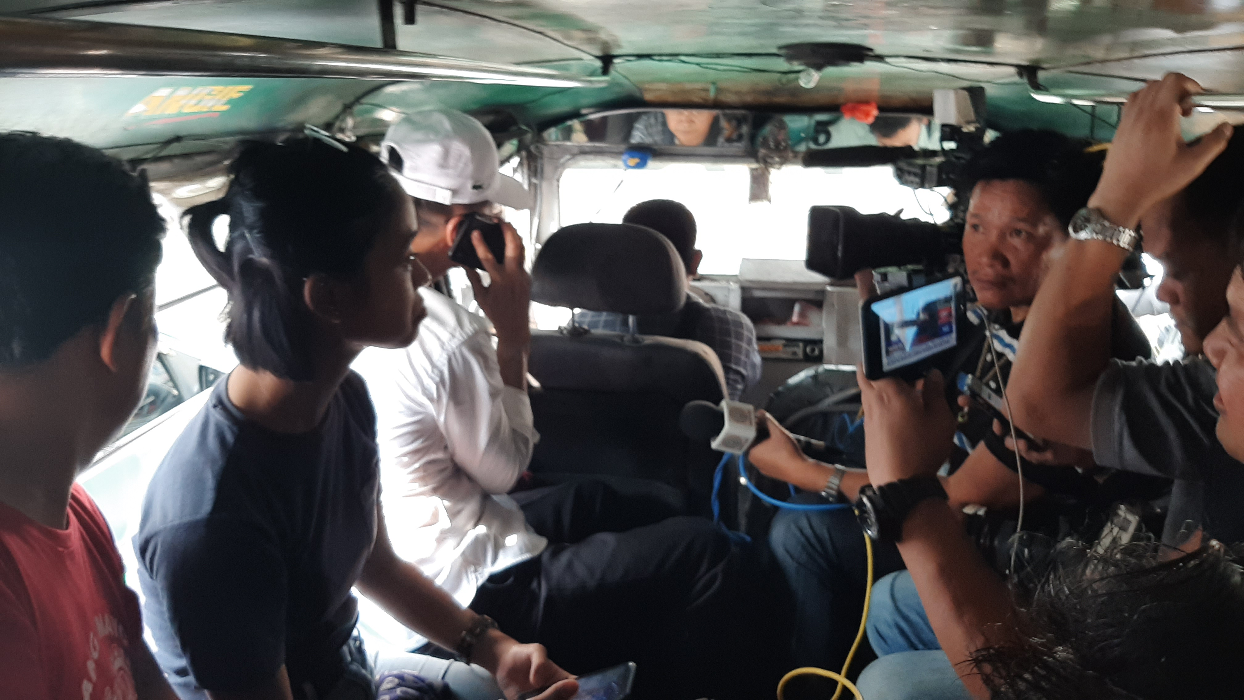 MEDIA CAUSED TRAFFIC? Members of the media swarm Presidential Spokesperson Salvador Panelo inside a jeepney, much to the frustration of the other passengers who are hurrying to work and school. Photo courtesy of Adrian Portugal