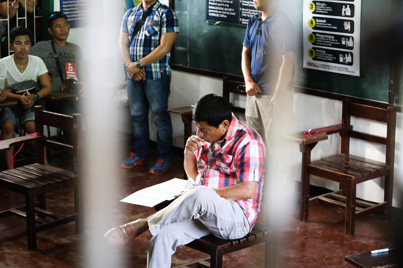 VOTING. Rodrigo Duterte is the last presidential candidate to vote on May 9, 2016. Photo by Manman Dejeto/Rappler