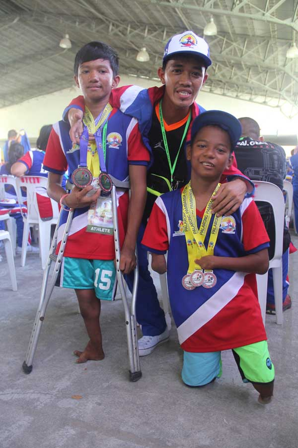 WINNERS. Teacher Joseph N. Villareal poses with winning students in the Para Games. Photo by Rhaydz B. Barcia/Rappler